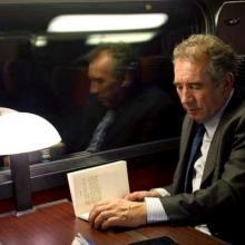 François Bayrou relit son livre lors d'un déplacement en train